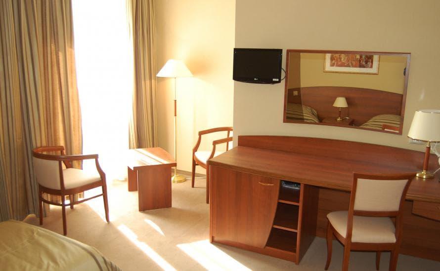 Большой стол рабочий в номере отеля HELIOPARK Residence