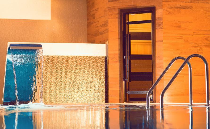 Водопад в бассейне отеля HELIOPARK Residence