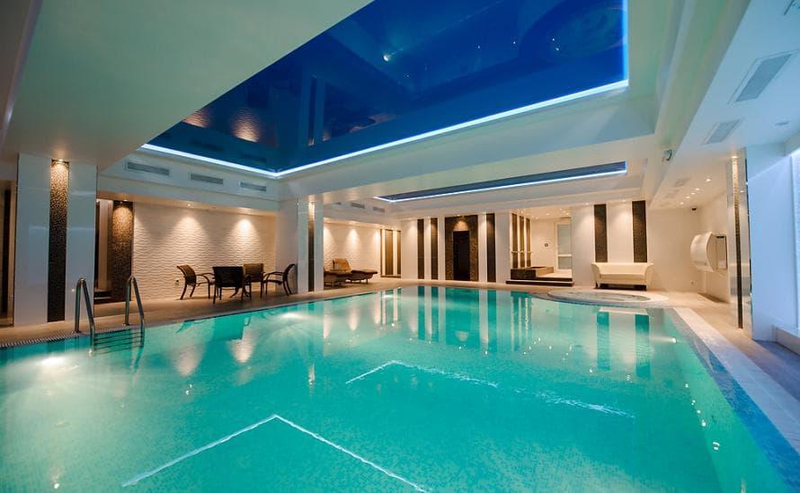 Большой басейн в бизнес-отеле HELIOPARK Residence