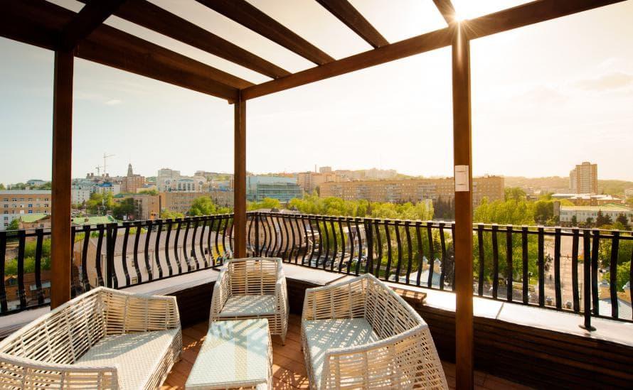 Красивая панорама города на крыше отеля HELIOPARK Residence