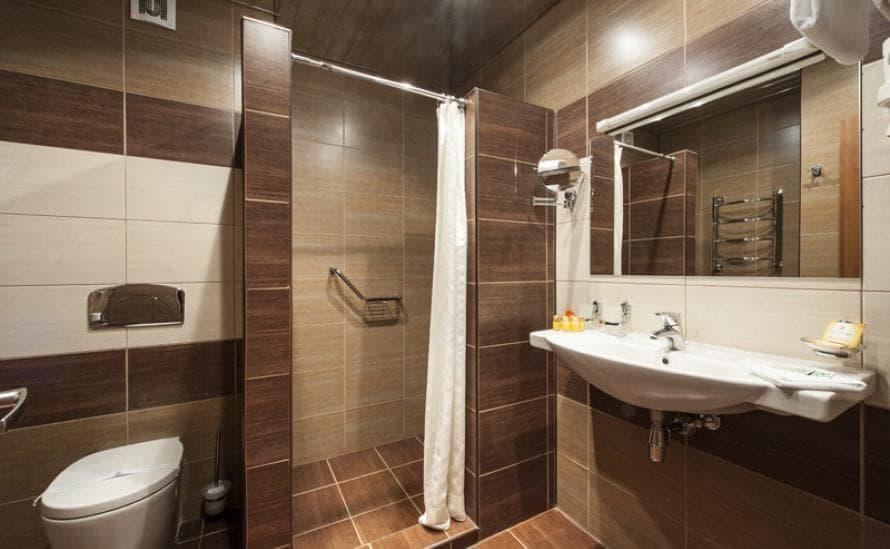 Комфортная ванная комната в номере отеля HELIOPARK Residence